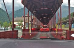 Der Autoreisezug, der den Eisenbahntunnel Tauern durchläuft lizenzfreies stockfoto