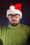 Der bärtige Mann im roten Weihnachtshut Santa Claus, Lizenzfreie Stockfotos