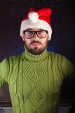 Der bärtige Mann im roten Weihnachtshut Santa Claus, Stockbilder