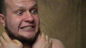Der bärtige Mann war sehr kalt stock video footage