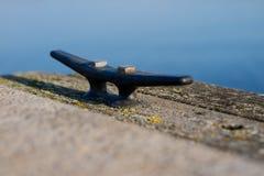 Der Bügel brachte am Ufer der Anlegestelle auf dem See an Ein Platz stockbild