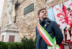 Der Bürgermeister von Florenz mit der bürgermeisterlichen Schärpe, die nahe Palazzo VE steht Lizenzfreie Stockfotos