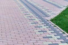 Der Bürgersteig wird mit Steinblöcken der rechteckigen Form gezeichnet lizenzfreie stockfotografie