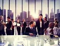 Der Büro-Arbeitsgeschäftsleute diskussions-Team Concept Stockfotos