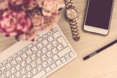 Der Bürotisch Frau Bloggers Lizenzfreies Stockfoto
