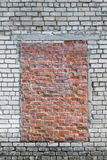 In der Backsteinmauer des weißen Ziegelsteines mit einer Kappe bedeckt mit Fenster des roten Backsteins Stockbild