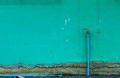 Der Backsteinmauer wird grün und ein Hahn gemalt Lizenzfreies Stockbild