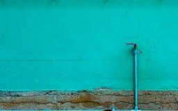 Der Backsteinmauer wird grün und ein Hahn gemalt Lizenzfreie Stockbilder