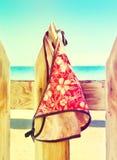Der Badeanzug der Frauen, der an einem Seil auf dem Zaun hängt lizenzfreies stockfoto