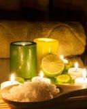 Der Badekurort und Wellness, welche die grünen und gelben Kerzen einstellen, beleuchteten, Zitrone Grün Lizenzfreies Stockfoto