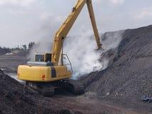 Der Bagger Feuer von der Selbstentzündung der Kohle auslöschen lizenzfreies stockbild
