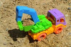 Der Bagger hat einen beweglichen Mechanismus und Eimer wird mit Sand gefüllt Stockfoto