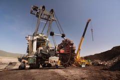 Der Bagger in im Tagebau lizenzfreie stockfotos