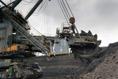 Der Bagger lädt die LKW-Kohle Lizenzfreie Stockbilder