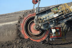 Der Bagger lädt die LKW-Kohle Stockfotos