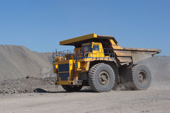 Der Bagger lädt die LKW-Kohle Der LKW, der Kohle transportiert Lizenzfreie Stockbilder