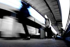 Der Bahnhof mit drei Leuten stockfoto