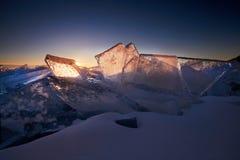 Der Baikalsee bei Sonnenuntergang, alles wird mit Eis und Schnee bedeckt, stockbilder