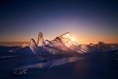Der Baikalsee bei Sonnenuntergang, alles wird mit Eis und Schnee bedeckt, lizenzfreie stockfotografie
