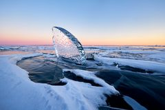 Der Baikalsee bei Sonnenuntergang, alles wird mit Eis und Schnee bedeckt, lizenzfreies stockfoto