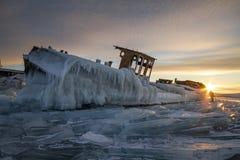 Der Baikalsee bei Sonnenuntergang, alles wird mit Eis und Schnee bedeckt, stockfotos