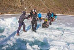 Der Baikalsee, Russland - 24. März 2016: Die Männer schleppten das Eis SL Lizenzfreie Stockfotografie