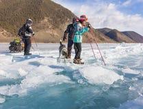 Der Baikalsee, Russland - 24. März 2016: Die Männer schleppten das Eis SL Lizenzfreies Stockfoto