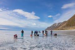 Der Baikalsee, Russland - 24. März 2016: Gruppe Touristenerwachsene a Stockfotos