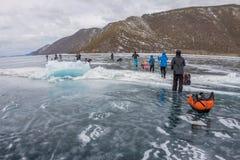 Der Baikalsee, Russland - 24. März 2016: Gruppe Touristenerwachsene a Lizenzfreie Stockfotos