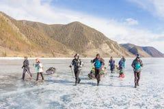 Der Baikalsee, Russland - 24. März 2016: Gruppe Touristenerwachsene a Stockfotografie