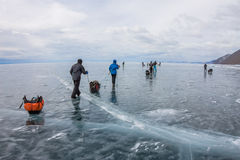 Der Baikalsee, Russland - 24. März 2016: Gruppe Touristenerwachsene a Lizenzfreie Stockbilder