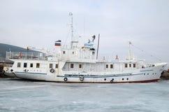 Der Baikalsee, Russland - März, 21 2016: Schiffs- und Fischerboote auf dem Dock in großem Goloustnoye-Dorf Baikal See Lizenzfreies Stockbild