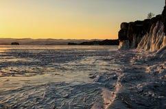 Der Baikalsee wird mit Eis bedeckt und Schnee, starke Kälte, klärt dick blaues Eis Eiszapfenfall von den Felsen Der Baikalsee ist stockfotos