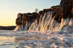 Der Baikalsee wird mit Eis bedeckt und Schnee, starke Kälte, klärt dick blaues Eis Eiszapfenfall von den Felsen Der Baikalsee ist stockbild