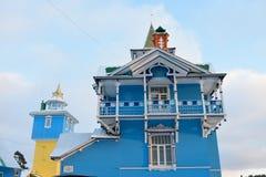 Der Balkon der Veranda eine weiß-blaue Farbe Stockfotos