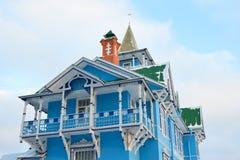 Der Balkon der Veranda eine weiß-blaue Farbe Stockfotografie