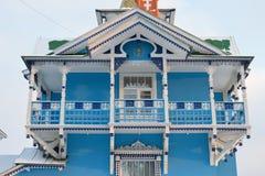 Der Balkon der Veranda eine weiß-blaue Farbe Lizenzfreie Stockfotos