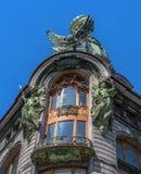 Der Balkon des obersten Stockwerks des Haussängers Der Balkon wird reich mit Skulpturen und Entlastung verziert Stockbilder
