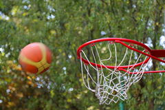 Der Ball geworfen am Basketballkorb Lizenzfreies Stockfoto
