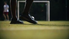 Der Ball verschiebt sich auf dem Gras, die Spielerfänge seine Hand stock video