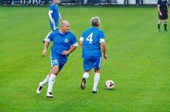 Der Ball wird von den Veteranen von FC Dnipro gespielt Lizenzfreie Stockbilder
