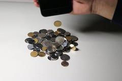 Der Bammel ließ viele Münzen fallen Lizenzfreie Stockbilder