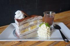 Der Banoffee-Schicht-Kreppkuchen lizenzfreies stockfoto