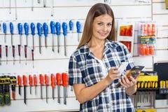 Der Barcode des weiblichen Kunden-Scannen-Produktes durch Stockfoto