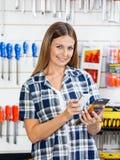 Der Barcode des weiblichen Kunden-Scannen-Produktes durch Stockbild