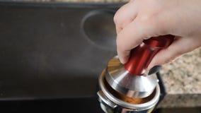 Der Barkellner bereitet sich für Cappuccino vor Wasser tröpfelt in Schutzkappe mit geerdetem Kaffee Barista an der Kaffeestube Ta stock video