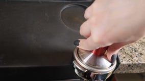 Der Barkellner bereitet sich für Cappuccino vor Wasser tröpfelt in Schutzkappe mit geerdetem Kaffee Barista an der Kaffeestube Ta stock video footage