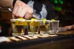 Der Barmixer gießt Tequilanahaufnahmeclub Stockbild