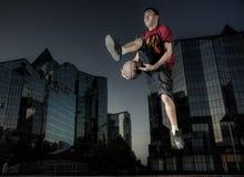 Der Basketball-Spieler in einer Stadt Lizenzfreie Stockfotos