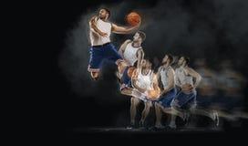 Der Basketball-Spieler springend mit Ball auf schwarzem bakground collage Lizenzfreie Stockbilder